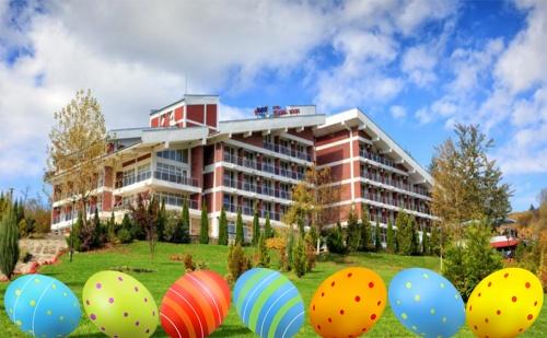 Великден във Вонеща Вода! 3 или 4 Нощувки със Закуски, Обеди* и Вечери (Една Празнична) + Басейн, Релакс Пакет и Dj Парти в Релакс Кооп!