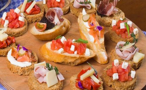 H&d Catering Ви Предлага 96 Броя Солени Хапки + Бонус: 30Бр., Кокосови Топки!