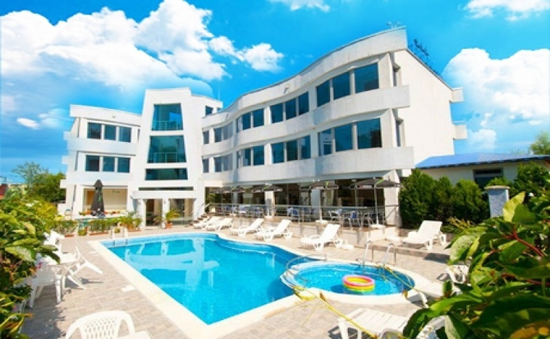 Цяло Лято в Лозенец на Топ Цени! Нощувка на човек със Закуска + Басейн в Хотел Ариана.