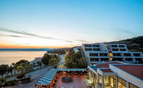 Hb = Ai - Плащате Закуска и Вечеря, А Ползвате Ол Инклузив в Theoxenia Hotel на Урануполи - Касандра за Една Нощувка, 4 Броя Външни Басейни, Шезлонги и Чадъри на Плажа-Безплатни /  ...