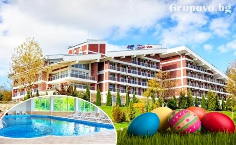 Великден във Вонеща Вода. 2 Нощувки със Закуски и Вечери, Обяд по Желание + Празничен Куверт, Басейн и Спа в Хотел Релакс Кооп