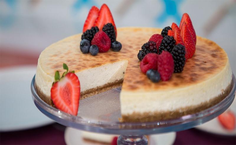 За Ценители! 12 Броя Чийзкейк с Плодови Сладки или Течен Шоколад от H&d Catering!