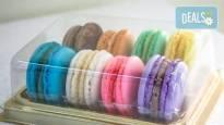 Изненадай половинката за Свети Валентин с осем изкусителни френски макарона, поставени в луксозна кутия от сладкарница Сладост!